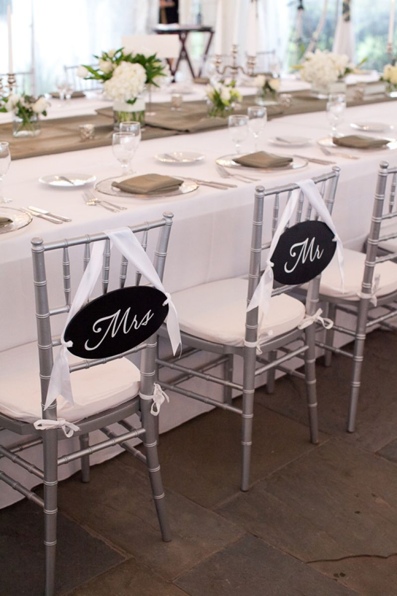 PLACES, PLEASE: Wanting the reception to feel like a dinner party at their home, the bride and groom chose to forgo a sweetheart table and dined among their guests, instead.