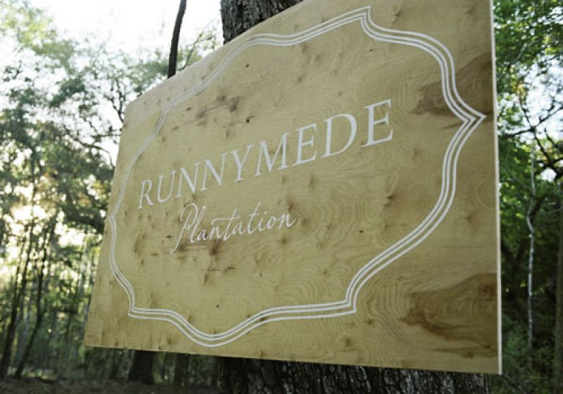 Enter Here : A rustic wooden sign made expressly for the wedding by Tara Guérard Soirée marked the plantation's sublime entrance.