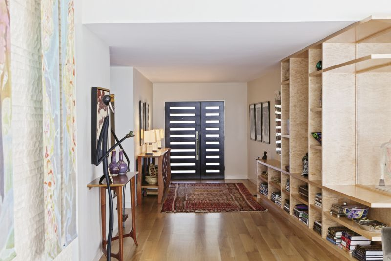 Gibson designed the angled wall that runs alongside the entryway to draw visitors into the home.