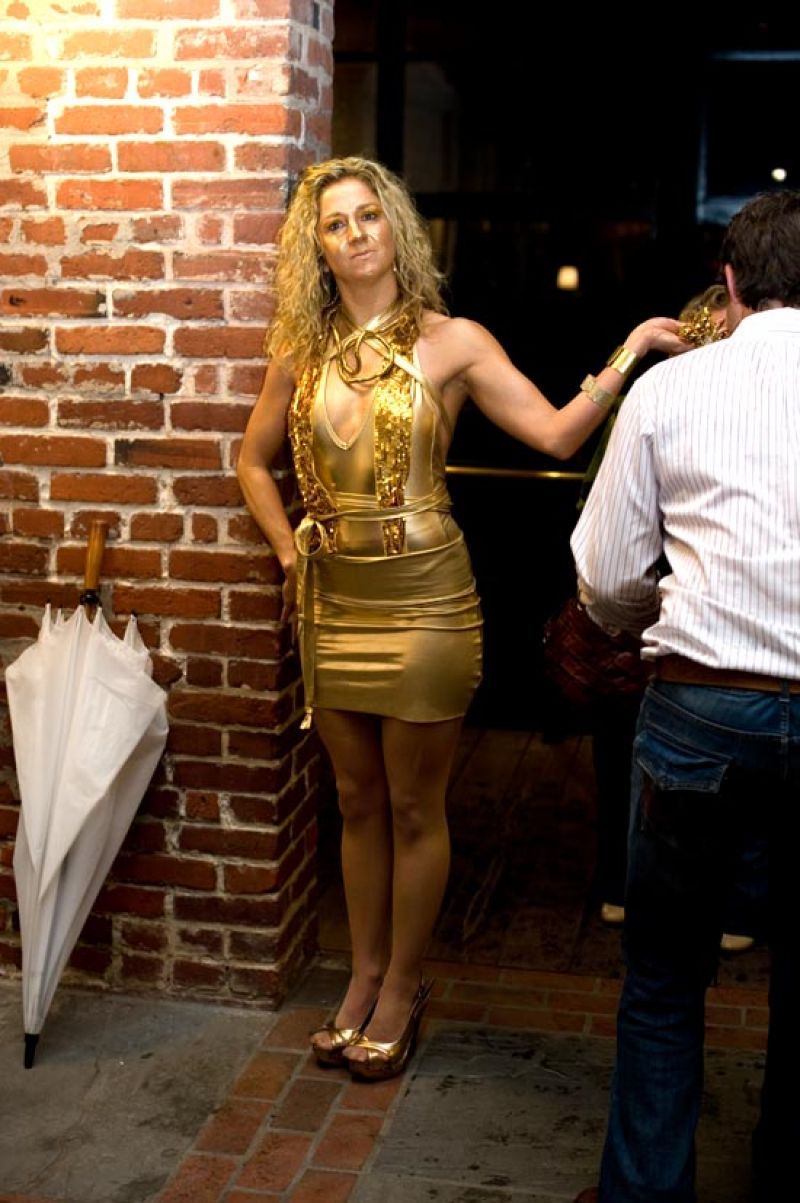 Who needs a red carpet when you've got a golden lady inviting you into the party?
