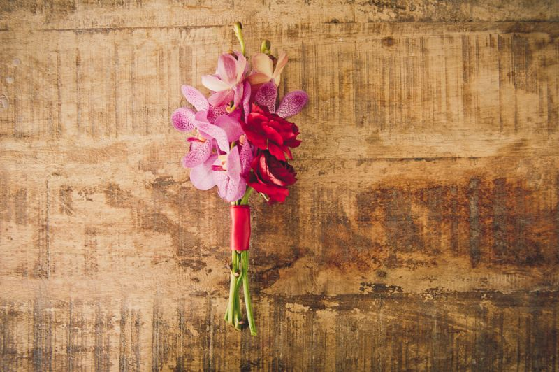 DOUBLE BLOOM: Mason jars with flowers marked the aisle during the ceremony then later adorned the clubhouse mantel.