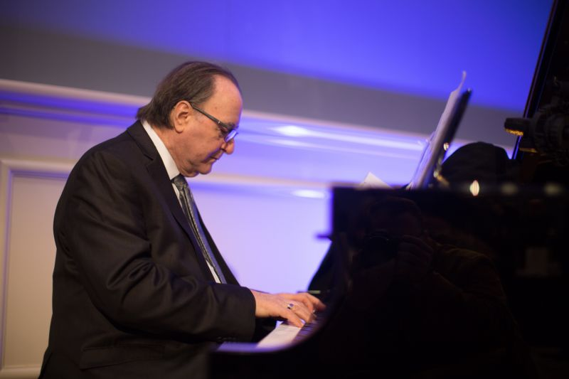 Jazz pianist Frank Puzzullo set the mood during cocktail hour.