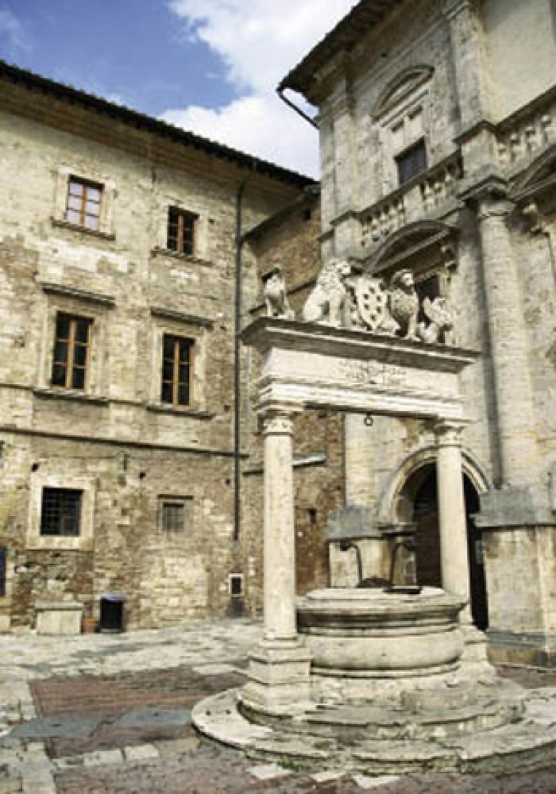 Each day after breakfast, the group heads to a nearby town, such as Montepulciano, Pienza, or Florence, where travelers can expl
