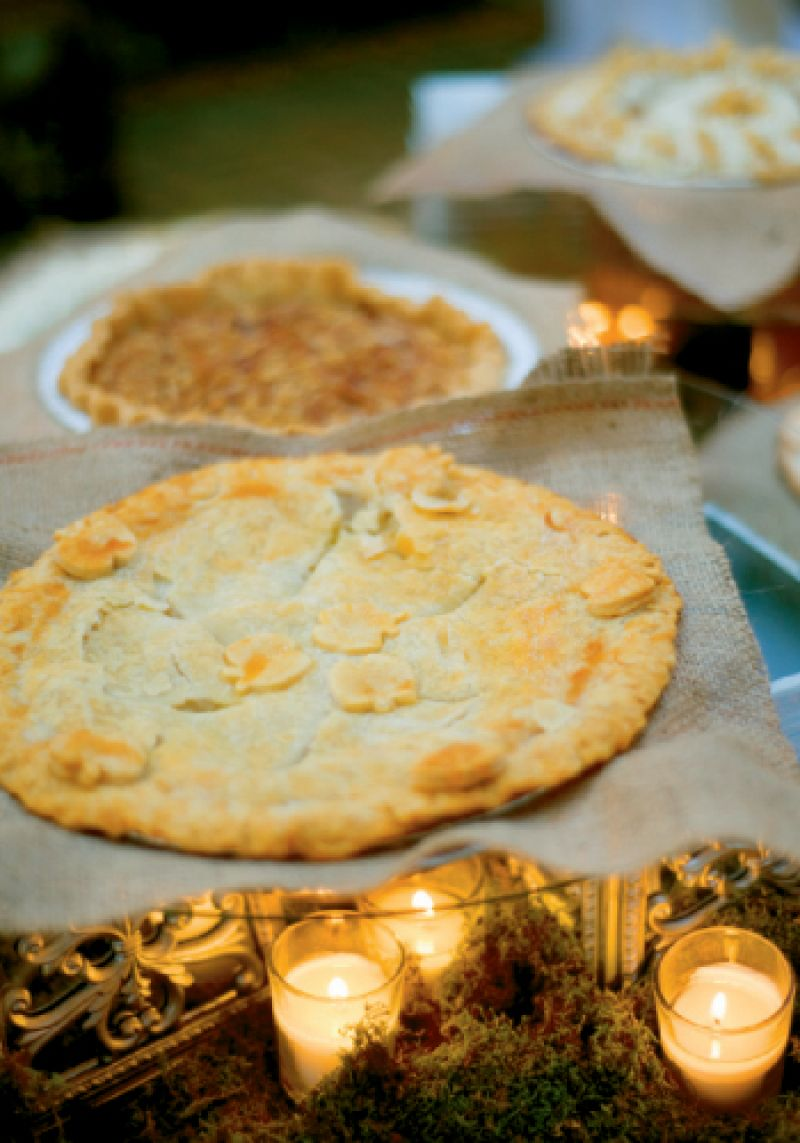 Homemade pies from SuZara's Kitchen seemed apropos to the setting and season, says Alicia. Placing them on burlap squares tied them thematically and visually to the florals.