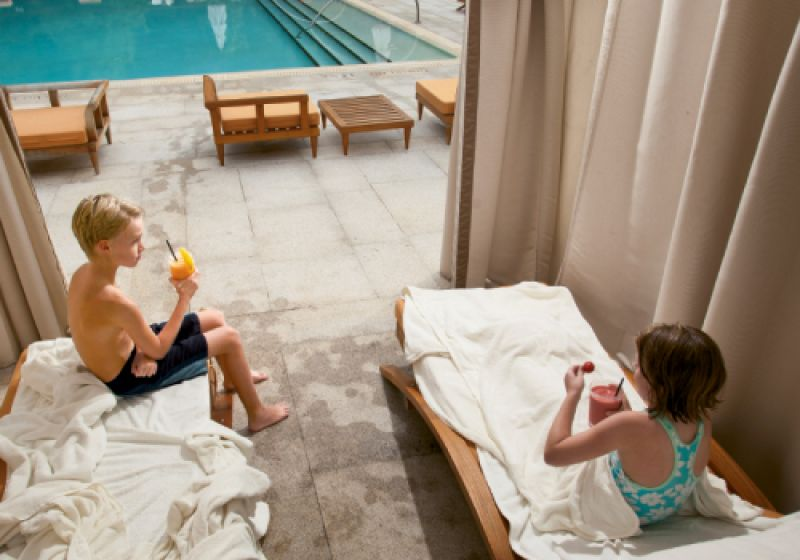 Lee and Lizzie lounged in a private poolside cabana—complete with flat-screen TV—sipping fresh fruit smoothies.