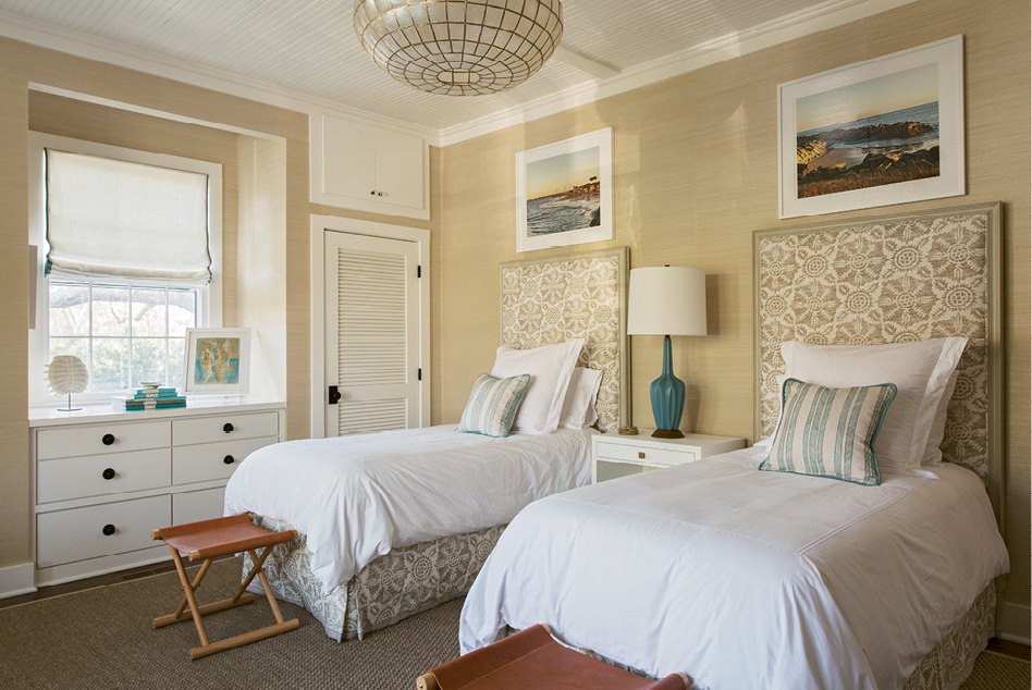 BRIGHT SPOTS: In the guest room, accents of cerulean blue pop against a Bermuda hemp wall covering.