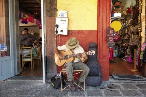 An Argentine guitarist serenades shoppers every day in El Jardín